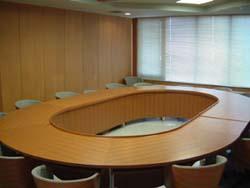 研修・会議室/ 円卓会議室(20人収容、各種会議に利用)