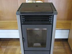 ペレットストーブ/おが粉を固めた燃料を使用します 燃焼効率が良くほとんど廃棄物は出ません