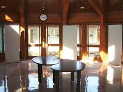 地元企業・団体の製品展示会や見本市等の イベントスペースとしてホールと一体的に利用。